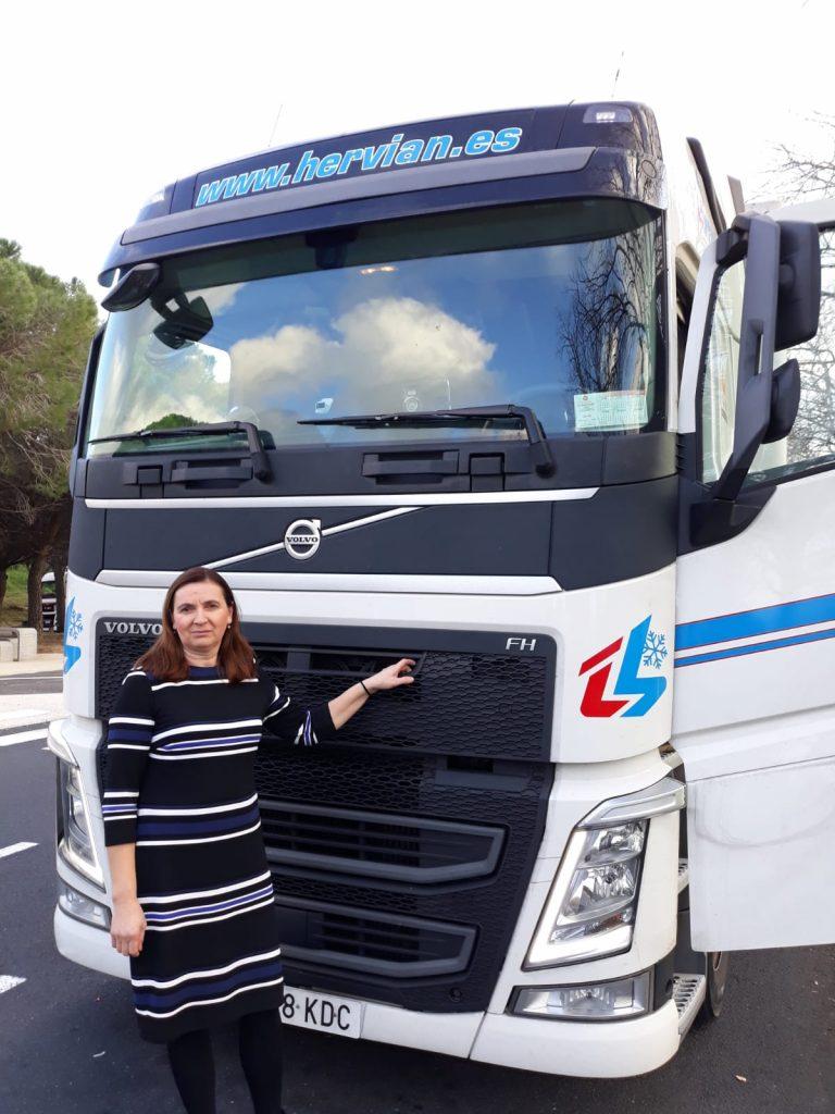 Florica Rai, junto a su vehículo Hervian
