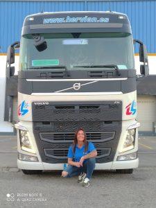 La conductora Mercedes Plaza posa junto a su camión de Hervian.